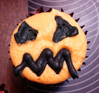 Jack-o-lantern face cupcake topper
